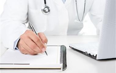 médecin remplissant un document papier
