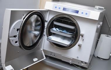 Machine de stérilisation avec outils de chirurgie