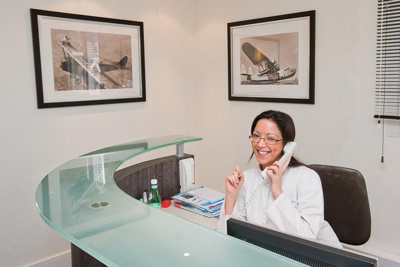 secrétaire au téléphone centre d'implantologie dentaire la défense